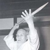 O Sensei Morihei UESHIBA avec une lance